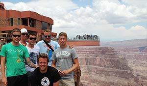Photo de groupe avec vuve sur la passerelle du Grand Canyon.