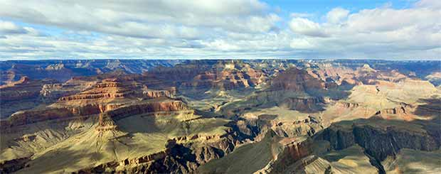 Une magnifique vue du Grand Canyon sud avec un éclairage parfait et l'ombre des nuages.